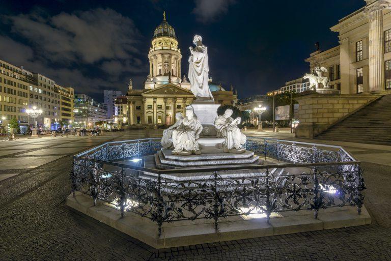 Gendarmenmarkt, Deutscher Dom, Schillerbrunnen und das Konzerthaus, Berlin